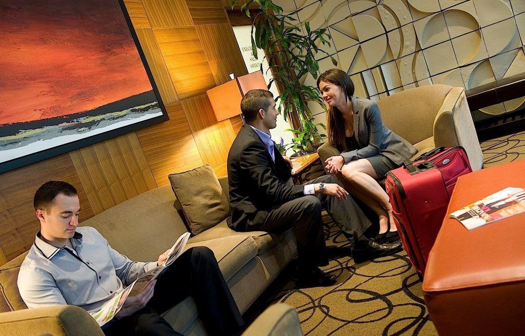 Женщины показывают себя в номере отеля