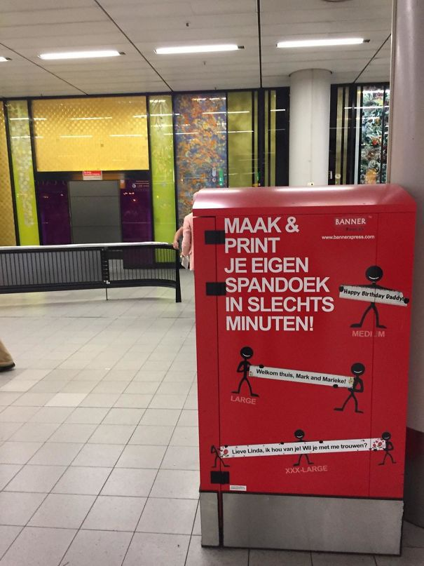 Аэропорт Амстердам. Автомат для табличек