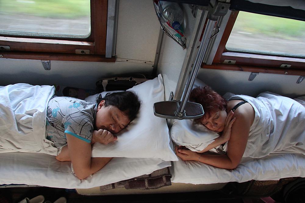 Фото спящие в поездах #7