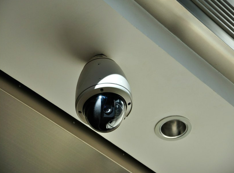 Скрытая камера в двери туалета