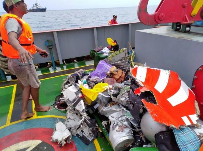 Найдены обломки потерпевшего крушение пассажирского самолета возле острова Ява