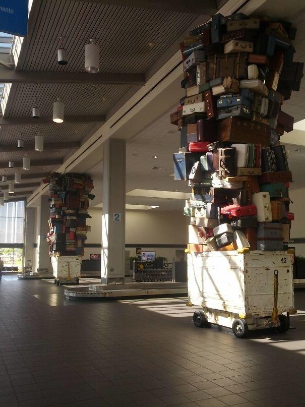Аэропорт в Сакраменто. Колонныв зоне выдачи багажа