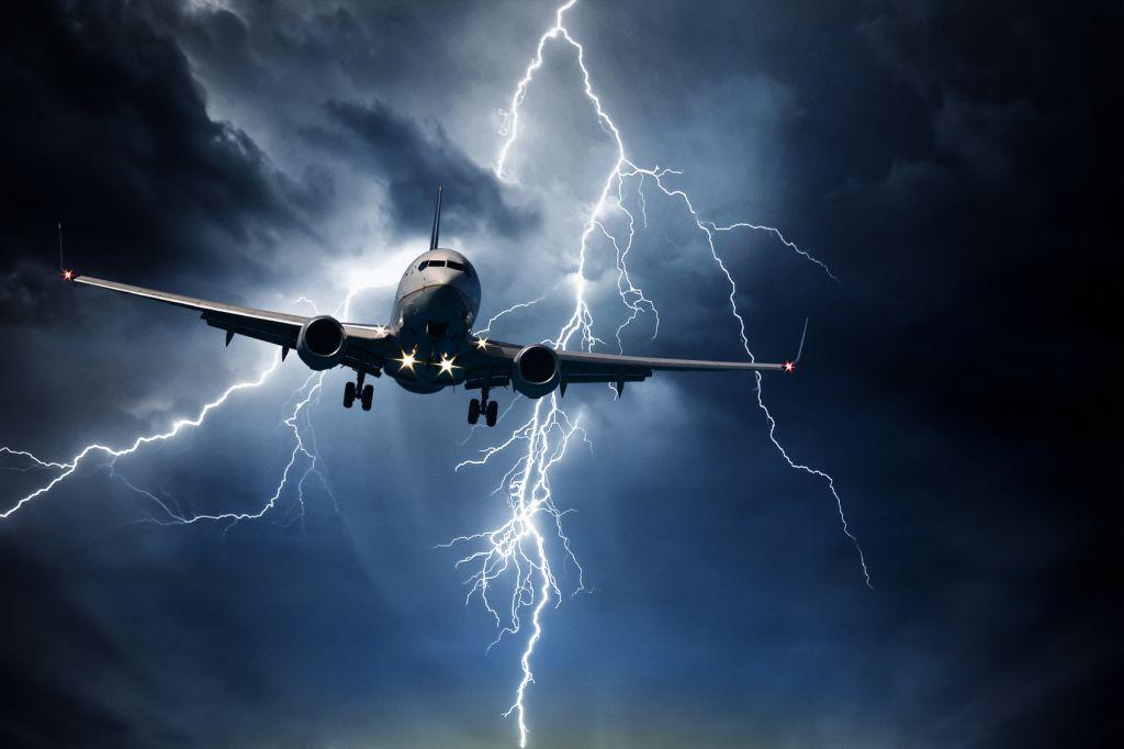Удар молнии в пассажирский самолет сняли на видео из кабины пилота