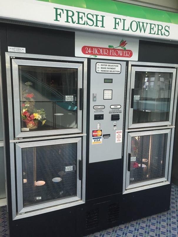 Торговый автомат с цветами в зоне прилёта